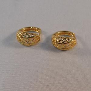 24K Yellow Gold Carved Hoop Huggie Earrings 14mm